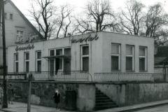 Zakład fryzjerski w Obornikach przy ul. Gen. Świerczewskiego obecnie Marszałka Piłsudskiego. W tym Budynku obecnie znajduje się przychodnia stomatologiczna