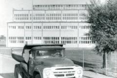 Obornicka Betoniarnia - hala produkcyjna - ulica Kowanowska / na pierwszym planie ciężarówka samowyładowcza produkcji radzieckiej marki ZIŁ.